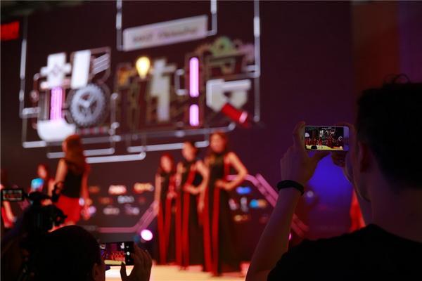 图片: 图6:玩家在拍摄完美世界主舞台的模特表演_调整大小.jpg