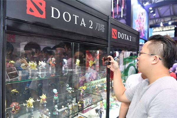 图片: 图14:玩家在拍摄自己喜爱的周边产品_调整大小.jpg