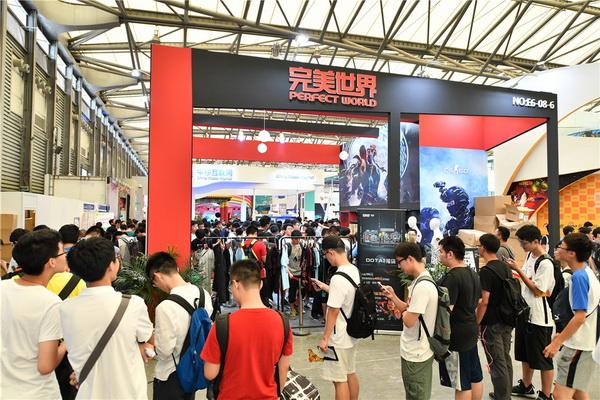 图片: 图18:玩家排队等待喜欢的周边_调整大小.jpg