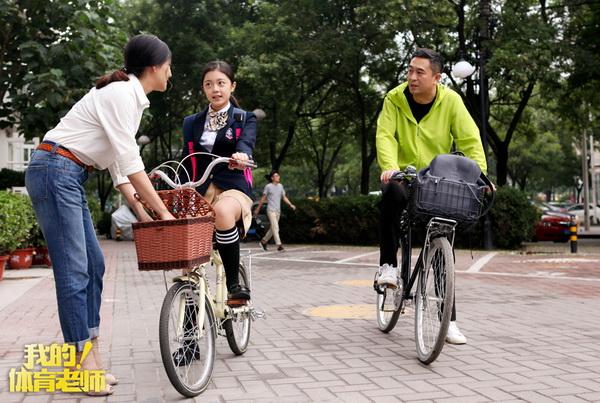 图片: 2.马克马莉骑车途中与田野交谈_调整大小.jpg
