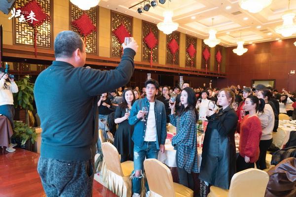 图片: 导演与众人举杯_调整大小.jpg